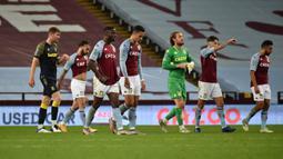 Pemain Aston Villa tampak kecewa usai dikalahkan Stoke City pada laga Piala Liga Inggris di Stoke City, Jumat (2/10/2020) dini hari WIB. Aston Villa kalah 0-1 atas Stoke City. (AFP/Rui Vieira/pool)