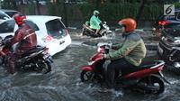 Sejumlah pengandara sepeda motor melewati genangan air di kawasan Kemang, Jakarta Selatan, Kamis (18/10). Akibat hujan deras, kawasan di Jalan Kemang kembali tergenang air. (Liputan6.com/Herman Zakharia)