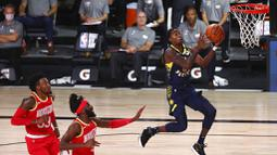 Pebasket Indiana Pacers, Edmond Sumner, memasukkan bola saat melawan Houston Rockets pada laga NBA, Rabu (12/8/2020). Houston Rockets dikalahkan Indiana Pacers dengan skor 104-108. (Kim Klement/Pool Photo via AP)