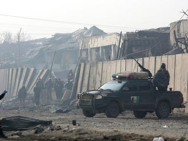 Pasukan keamanan Afghanistan berada di lokasi sehari setelah serangan di Kabul, Afghanistan (15/1). Menurut pejabat setempat, seorang pembom bunuh diri Taliban meledakkan kendaraan bermuatan bahan peledak pada Senin malam. (AP Photo/Rahmat Gul)