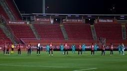 Para pemain Barcelona dan Mallorca mengheningkan cipta untuk para korban virus corona COVID-19 sebelum pertandingan La Liga di Son Moix Stadium, Palma de Mallorca, Spanyol, Sabtu (13/6/2020). Barcelona membantai Mallorca dengan skor 4-0. (JAIME REINA/AFP)