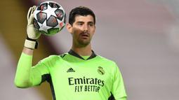 Thibaut Courtois sukses tampil konsisten bersama Real Madrid setelah didatangkan dari Chelsea pada 2018 lalu. Saat ini nilai pasar pemain 26 tahun tersebut tercatat sebesar 60 juta euro. (AFP/Paul Ellis)