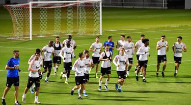 Para pemain Valencia melakukan pemanasan saat sesi latihan di King Abdullah Sport City di kota pelabuhan Arab Saudi, Jeddah (7/1/2020). Valencia akan bertanding melawan Real Madrid pada semifinal Piala Super Spanyol pada Kamis (9/1/2020) dini hari WIB. (AFP/Giuseppe Cacace)
