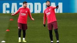 Pemain Barcelona Lionel Messi (kanan) dan Luis Suarez berbincang saat latihan bersama jelang menghadapi Manchester United (MU) pada leg pertama perempat final Liga Champions 2018/19 di Old Trafford, Manchester, Inggris, Selasa (9/4). (Reuters/Lee Smith)