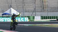 Valentino Rossi sapa penonton yang hadir langsung di Sirkuit Misano pada sesi kualifikasi MotoGP San Marino, Sabtu (12/9/2020). (ANDREAS SOLARO / AFP)