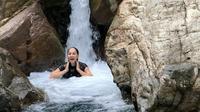 Meriam Bellina mandi di Curug Barong yang berair jernih dengan pemandangan yang indah (dok.Instagram/@bellinamer/https://www.instagram.com/p/CEsqiBnDHaS/Komarudin)