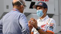 Marc Marquez berbincang dengan CEO Dorna, Carmelo Ezpeleta saat datang ke Sirkuit Catalunya, Barcelona, September 2020 lalu. (LLUIS GENE / AFP)
