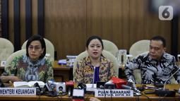 Ketua DPR Puan Maharani (tengah), Wakil Ketua DPR Sufmi Dasco Ahmad (kanan), dan Menkeu Sri Mulyani saat rapat konsultasi di Ruang Pansus B, Kompleks Parlemen, Jakarta, Senin (16/12). Rapat diikuti oleh Menteri Keuangan, pimpinan DPR, Komisi XI, Komisi VII, dan Banggar. (Liputan6.com/Johan Tallo)