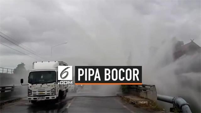 Pipa air di kawasan Chonburi, Thailand mengalami kebocoran. Akibatnya, air menyembur hingga ke jalan raya dan mengganggu arus lalu lintas di lokasi.