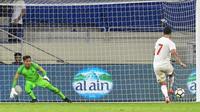 Striker UEA, Ali Mabkhout, saat melakukan eksekusi penalti ke gawang Timnas Indonesia yang dikawal kiper Wawan Hendrawan di Stadion Al Maktoum (10/10/2019). (AFP/Karim Sahib)