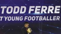 Pemain Persipura Jayapura, Todd Ferre, menerima penghargaan sebagai pemain muda terbaik pada Indonesian Soccer Awards 2019 di Studio Indosiar, Jakarta, Jumat (10/12). Acara ini diadakan oleh Indosiar bersama APPI. (Bola.com/M Iqbal Ichsan)