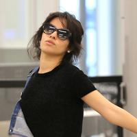 Camila Cabello melakukan keisengan di airport. Tahu dirinya dipotret paparazzi, Camila malah berpose kocak dan bikin ngakak. (Splash News/Cosmopolitan)