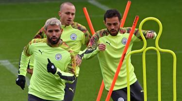 Pemain Manchester City Sergio Aguero (kiri), Angelino (tengah), dan Bernardo Silva (kanan) mengikuti sesi latihan jelang menghadapi Atalanta pada pertandingan Liga Champions, City Football Academy, Manchester, Inggris, Senin (21/10/2019). (Paul ELLIS/AFP)