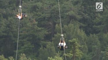 Sebuah wisata ekstrem baru dibuka di Korea Selatan. Kita bisa meluncur dari puncak gunung Gumo dengan kabel sepanjang 3.186 meter.
