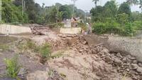 Banjir lahar dingin Gunung Sinabung membawa material kayu dan batu
