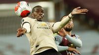 Gelandang Manchester United, Paul Pogba, mengontrol bola saat menghadapi Aston Villa pada laga lanjutan Premier League di Villa Park, Jumat (10/7/2020) dini hari WIB. Manchester United menang 3-0 atas Aston Villa. (AFP/Andrew Boyers/pool)