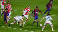 Penyerang Barcelona, Antoine Griezmann membawa bola dari kawalan para pemain Deportivo Alaves pada pertandinga La Liga Spanyol di stadion Camp Nou, Spanyol, Minggu (14/2/2021). Kemenangan  tersebut  membawa Barcelona meraih kemenangan ke-7 secara beruntun di Liga Spanyol. (AP Photo/Joan Monfort)