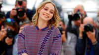 Senyum manis Lily Rose Melody Depp saat menghadiri Festival Film Cannes ke-69 di Prancis, (13/5). Putri aktor Johnny Depp dan penyanyi Perancis Vanessa Paradis ini lahir pada 27 Mei 1999. (REUTERS / Yves Herman)