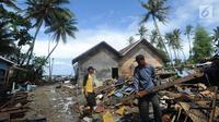 Warga mencari sisa harta benda usai tsunami menerjang Kampung Sumur, Ujung Kulon, Banten, Selasa (24/12). Situasi Kampung Sumur saat tsunami benar-benar panik dan mencekam. (Merdeka.com/Arie Basuki)