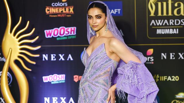 Aktris Bollywood, Deepika Padukone berpose saat menghadiri International Indian Film Academy (IIFA) ke-20 di NSCI Dome di Mumbai (19/9/2019). Deepika tampil cantik mengenakan gaun bulu berwarna ungu dengan kerudung panjang dan anting-anting besar. (AFP Photo/Punit Paranjpe)