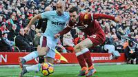Bek West Ham United, Pablo Zabaleta (kiri) berusaha melewati pemain Liverpool, Andrew Robertson saat bertanding pada lanjutan Liga Inggris di Anfield, Inggris (24/2). Liverpool menang telak atas West Ham 4-1. (AP Photo / Rui Vieira)