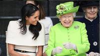 Meghan Markle tampak anggun dengan gaun bernuansa putih saat melakukan kunjungan resmi pertama kali bersama sang ratu (instagram/shhhbeautysecrets)