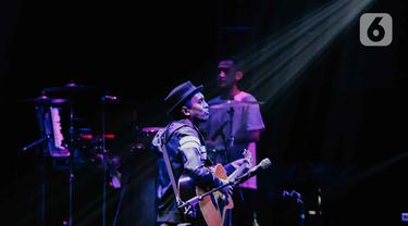 Penampilan Glenn Fredly saat tampil dalam festival musik Love Fest di Istora Senayan, Jakarta, Sabtu (22/2/2020). Dalam penampilannya Glenn Fredly membawakan sejumlah lagu hits nya seperti sedih tak berujung, akhir cerita cinta, januari. (Liputan6.com/Faizal Fanani)