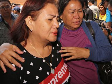 Keluarga penumpang pesawat Lion Air JT 610 mendatangi crisis center di Bandara Soekarno Hatta, Tangerang, Senin (29/10). Pesawat rute Jakarta-Pangkal Pinang tersebut dipastikan jatuh di perairan Tanjung Karawang, Jawa Barat. (Liputan6.com/Fery Pradolo)