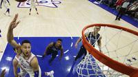 Aksi Ben Simmons memasukkan bola ke ring saat Sixers melawan Mavericks (AP)