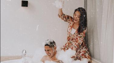 Dalam foto tersebut, Krisjiana tampak berendam di dalam bathtub yang berisi busa sabun. Suami Siti Badriah itu pun tampak tak mengenakan pakaian sehingga bagian atas badannya. (Liputan6.com/IG/@sitibadriahh)