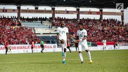 Penyerang timnas Indonesia, Marinus Mariyanto (kiri) melakukan selebrasi usai mencetak gol ke gawang Timor Leste pada laga ketiga grup B SEA Games 2017 di Stadion Selayang, Malaysia, Minggu (20/7). Indonesia unggul 1-0. (Liputan6.com/Faizal Fanani)