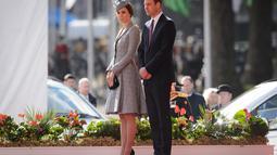 Kate Middleton dan Pangeran William terlihat menyambut secara resmi  kunjungan Presiden Singapura di Inggris, (21/10/14). (AFP PHOTO/POOL/Leon Neal)