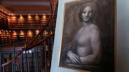 Lukisan 'Monna Vanna' atau dikenal dengan 'Mona Lisa Telanjang' ditunjukkan di Museum Conde, Chantilly, Prancis, Senin (11/3). Para ahli seni meneliti lukisan dari arang tersebut selama beberapa bulan. (Kenzo Tribouillard/AFP)