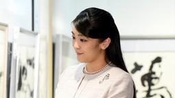 Putri sulung Pangeran Akishino, Putri Mako melihat pameran kaligrafi di  Tokyo, Jepang (9/2). Sebelumnya Putri Mako telah bertunangan dengan pria dari kalangan biasa yang bernama Kei Komuro pada 3 September 2017. (AFP Photo/Pool/Toru Yamanaka)
