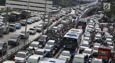 Kendaraan terjebak macet di Jalan Gatot Soebroto dan tol dalam kota, Jakarta, Jumat (16/11). Menteri PPN/Kepala Bappenas Bambang Brodjonegoro menyatakan kemacetan di Jakarta mengakibatkan kerugian sekitar Rp 67,5 triliun. (Liputan6.com/Immanuel Antonius)