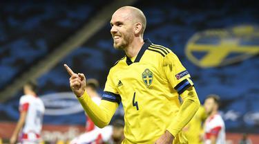 Bek Swedia, Marcus Danielson, merayakan gol kedua Swedia yang dicetaknya ke gawang Kroasia dalam laga UEFA Nations League Grup 3 di Friends Arena, Solna, Swedia, Minggu (15/11/2020) dini hari WIB. Swedia menekuk Kroasia 2-1. (AFP/Henrik Montgomery/TT News Agency)