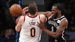 Pebasket Brooklyn Nets, DeMarre Carroll, berebut bola dengan pebasket Cleveland Cavaliers, Kevin Love, pada laga NBA di Barclay Arena, Senin (26/3/2018). Cleveland Cavaliers menang 121-114 atas Brooklyn Nets. (AP/Kathy Willens)