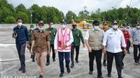 Menteri Perhubungan Budi Karya Sumadi saat meninjau lokasi rencana dibangunnya Pelabuhan Baru di Tanjung Carat, Kabupaten Banyuasin, Palembang, Sumatera Selatan, Sabtu (20/2). (Dok Kemenhub)