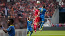 Striker Persija Jakarta, Marco Simic (kedua kanan) berebut bola dengan pemain Persib Bandung Bojan Malisic pada pertandingan Shopee Liga 1 di Stadion Utama GBK, Senayan, Jakarta, Rabu (10/7/2019). Dalam pertandingan babak pertama Persija vs Persib masih imbang 0-0. (Liputan6.com/Faizal Fanani)