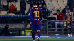 Penyerang Barcelona, Lionel Messi berjalan keluar lapangan setelah mendapat kartu merah saat bertanding melawan Athletic Bilbao pada pertandingan final Piala Super Spanyol di stadion La Cartuja, Senin (18/1/2021). Messi berpotensi mendapat larangan bermain dalam waktu yang cukup lama. (AP Photo/Migu