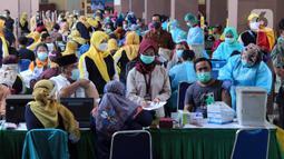 Suasana vaksinasi COVID-19 massal di Gedung Pemerintah Kota Tangerang, Banten, Kamis (25/2/2021). Vaksinasi ini dilaksanakan hingga satu minggu ke depan. (Liputan6.com/Angga Yuniar)