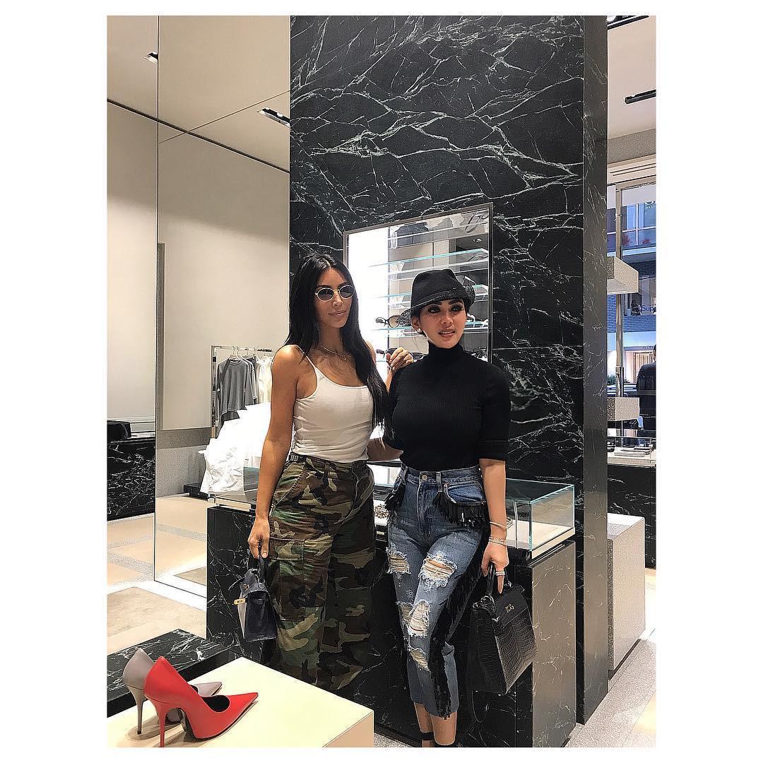 Perbedaan gaya Syahrini dan Kim Kadarshian ketika bertemu di Jepang. (sumber foto: @princessyahrini/instagram)