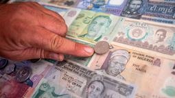 Koleksi uang kertas dan koin dari seluruh dunia milik pria asal Serbia, Zoran Milosevic di desa Pavlovci, Belgrade, 10 September 2018. Milosevi yang tak pernah ke luar negeri mendapatkan semua koleksinya tersebut dari teman-temannya. (AFP/ANDREJ ISAKOVIC)
