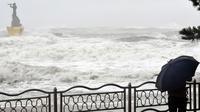 Foto yang diabadikan pada 7 September 2020 ini memperlihatkan gelombang air laut yang ditimbulkan oleh Topan Haishen di tepi pantai Haeundae di Busan, Korea Selatan. Topan Haishen mendarat di pesisir tenggara Korea Selatan pada Senin (7/9). (Xinhua/NEWSIS)