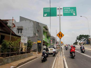 Sejumlah kendaraan melintas di Flyover Bintaro, Jakarta, Selasa (6/3). Mulai hari ini Pemprov DKI Jakarta melakukan uji coba pengoperasian Flyover Bintaro yang dibangun sejak 2017. (Liputan6.com/Johan Tallo)