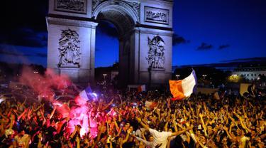 Ribuan warga meluapkan kegembiraan atas kemenangan Prancis saat menghadapi Belgia pada babak semifinal Piala Dunia 2018, Paris, Prancis, Selasa (10/7). Prancis maju ke babak final. (AP Photo/Thibault Camus)
