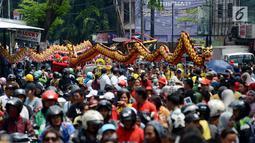 Ribuan peserta mengikuti pawai Cap Go Meh di Bekasi, Jawa Barat, Selasa (19/2). Pawai Cap Go Meh tersebut dimeriahkan dengan pertunjukan pakaian adat, barongsai, liong, reog Ponorogo hingga cosplay. (Merdeka.com/Imam Buhori)