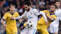 Gelandang Real Madrid, Isco berebut bola dengan pemain Juventus, Miralem Pjanic pada leg kedua babak perempat final Liga Champions di Santiago Bernabeu, Rabu (11/4). Real Madrid melaju ke semifinal meski kalah 1-3 dari Juventus. (JAVIER SORIANO/AFP)
