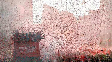 Pemain Liverpool menyapa para suporter saat parade juara Liga Champions di Liverpool, Inggris (2/6/2019). Ribuan suporter tumpah ruah di jalanan merayakan kemenangan tim kesayangannya meraih piala Liga Champions usai mengalahkan Tottenham di final dengan skor 2-0. (Barrington Coombs/PA via AP)