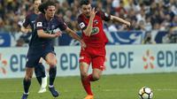 Gelandang Paris Saint Germain, Adrien Rabiot, berebut bola dengan pemain Les Herbiers, Adrian Dabasse, pada laga final Piala Prancis di Stade de France, Selasa (8/5/2018). Paris Saint Germain menang 2-0 atas Les Herbiers. (AP/Michel Euler)